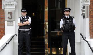 Britische Polizisten marschieren vor der Botschaft Ecuadors auf. (Foto)