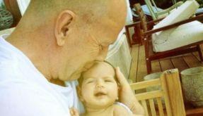 Bruce Willis hält Töchterchen Mabel Ray in den Armen. (Foto)