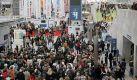 M wie Menschenschlange Leipzig steht zur Buchmesse wieder Schlange: Es beginnt schon am Einlass ab 10 Uhr. Das groe Anstellen geht weiter bei den Signierstunden berhmter Autoren, wird fortgesetzt zur Mittagszeit an den Imbissstnden und endet beim Verlassen der Messe, wenn alle Besucher sich in die voll gestopften Straenbahnen qulen. Foto: dpa