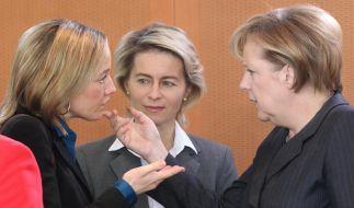 Bundesfamilienministerin Kristina Schröder (links): gegen den «schmutzigen Deal zulasten der Frauen» unter SPD-Kanzler Gerhard Schröder (Foto)