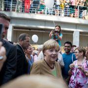 Bundeskanzlerin Angela Merkel (CDU) begrüßt am 30. August 2015 im Bundeskanzleramt in Berlin am Tag der offenen Tür der Bundesregierung Bürger. (Foto)