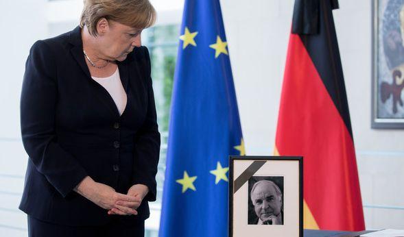 Bundeskanzlerin Angela Merkel (CDU) blickt nach dem Eintrag in das Kondolenzbuch auf ein Porträt mit dem ehemaligen Bundeskanzler Helmut Kohl (CDU). (Foto)