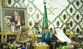 Bundeskanzlerin Angela Merkel (CDU) unterhält sich in Djidda im Königspalast mit dem saudi-arabische (Foto)