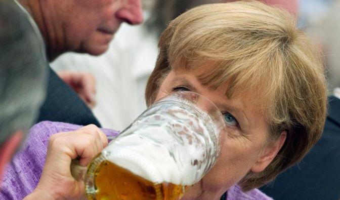 Bundeskanzlerin Angela Merkel gönnt sich auf dem Gillamoos-Volksfest im bayerischen Abensberg eine Maß Bier. (Foto)