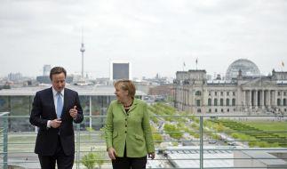 Bundeskanzlerin Merkel und der britische Premierminister David Cameron auf der Terrasse des Bundeska (Foto)