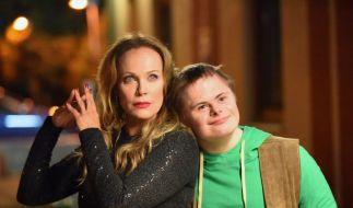 Carla Franz (Sonja Kirchberger) mit dem an Trisomie 21 leidenden Theo Pröll (Jonas Sippel) sind scheinbar unzertrennlich. (Foto)