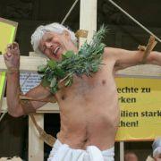 Schauspieler Matthieu Carriere demonstriert für die Rechte von Vätern.