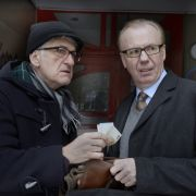 Carsten (Dominic Raacke, l.) muss seinen Kollegen Sven Petermann (Ludger Pistor, r.) um Geld bitten, damit er untertauchen kann. (Foto)