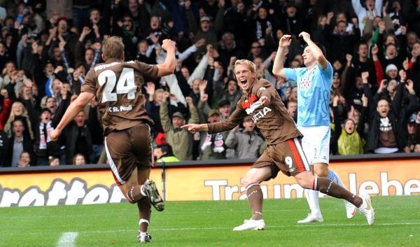 Carsten Rothenbach (l.) bejubelt mit dem späteren Torschützen Marius Ebbers das 1:0. (Foto)