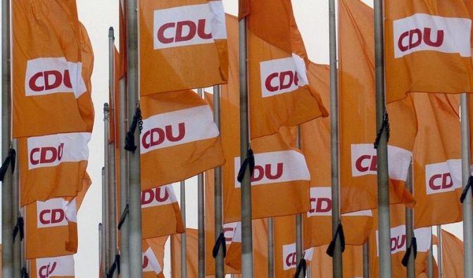 CDU-Modernisierer in Parteidebatte hinter Merkel (Foto)