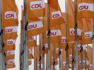 CDU-Politiker in Parteidebatte hinter Merkel (Foto)