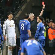 Chelseas Offensivstar Eden Hazard fliegt vom Platz, nachdem er einen Balljungen getreten hatte.