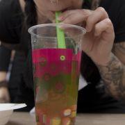 Chemie-Cocktail to go: Verbraucherschützer laufen schon länger gegen Bubble Tea Sturm, jetzt haben Wissenschaftler mit besorgniserregenden Ergebnissen die Bedenken gegen das Trendgetränk verstärkt.