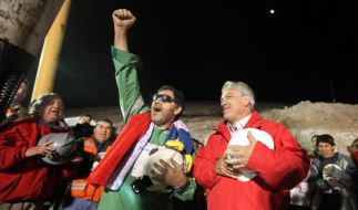 Chiles Präsident Sebastián Piñera (rechts) feiert die Rettung der Kumpel, hier des 33. Manns und Sch (Foto)