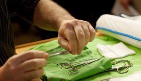 Chirurgische Instrumente werden vor einer Beschneidungszeremonie zurechtgelegt. (Foto)