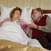 Christel Wusthoffs Krebserkrankung ist mittlerweile so weit fortgeschritten, dass das Ende abzusehen ist. Seit 50 Jahren ist sie mit ihrem Mann Fritz verheiratet. Mit Hilfe eines Insektizids wollen sie zusammen für immer einschlafen. (Foto)
