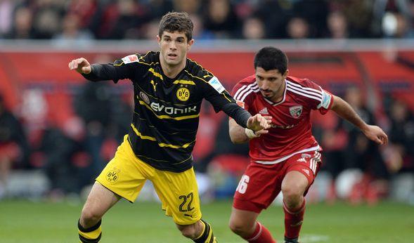 Christian Pulisic (l) von Dortmund und Almog Cohen von Ingolstadt. (Foto)