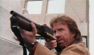 Chuck Norris mit Arbeitsgerät im Film «Walker, Texas Ranger» (Foto)