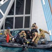 Taucher der italienischen Küstenwache suchen nach Überlebenden. Noch immer werden etwa 12 Deutsche vermisst.