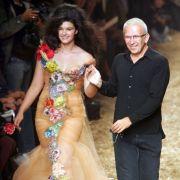 Crystal Renn mit Designer Jean-Paul Gaultier.