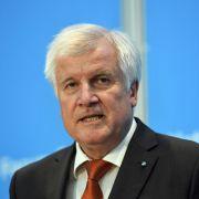 CSU-Chef Horst Seehofer sieht eine Obergrenze für Flüchtlinge nicht mehr als Bedingung für eine Koalition nach der Bundestagswahl. (Foto)