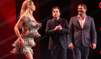 Da staunen Michael Bully Herbig (M.) und Sasha (r.) nicht schlecht: Michelle Hunziker (l.) legt eine Tanzperformance aufs Parkett. (Foto)