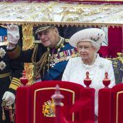 Da kann sich selbst Queen Elizabeth II. ein Lächeln nicht verkneifen. Eine historische Schiffsparade erfreut ihr Herz.