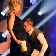Da wurde Robbie Williams von seinen Vatergefühlen übermannt und küsste einfach den Babybauch von Barbara Schöneberger.