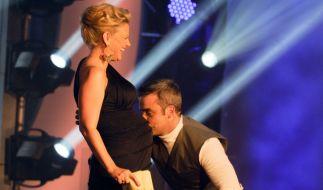 Da wurde Robbie Williams von seinen Vatergefühlen übermannt und küsste einfach den Babybauch von Barbara Schöneberger. (Foto)