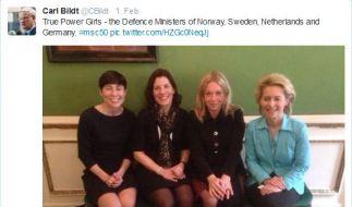 Da konnte Schwedens Außenminister Carl Bildt nicht an sich halten: Die «True Power Girls» aus Norwegen, Schweden, den Niederlanden und Deutschland nebeneinander bei der Münchner Sicherheitskonferenz. (Foto)