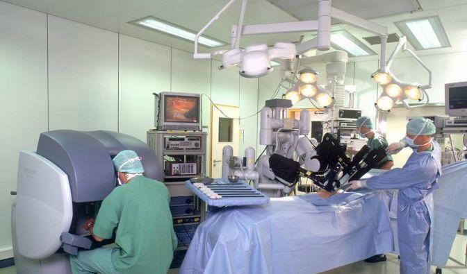 Da Vinci im Einsatz: Der operierende Arzt sitzt scheinbar teilnahmslos neben dem OP-Tisch. (Foto)