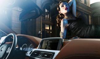 Da wird das Auto zur Nebensache - Burlesque-Model im BMW. (Foto)