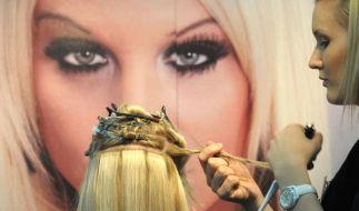 Damit die Frauen im Westen sich über lange blonde Haar freuen können, gehen die Haar-Agenten in Oste (Foto)