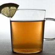 Dampfender Tee mit Gewürzen unterstützt die Entspannung im Herbst und Winter.