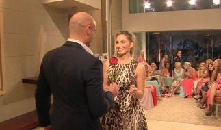 Daniela bekam die erste Rose von Bachelor Christian Tews. (Foto)