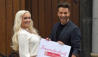 """Daniela Katzenberger (l) und Eric Schroth (r) moderieren """"Traumhochzeit zum Schnäppchenpreis"""". (Foto)"""