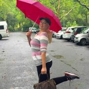 Daniela Katzenberger freut sich über den Regen. (Foto)