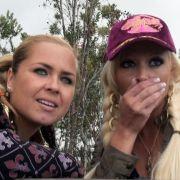 «Oh Gott, der springt!»: Daniela Katzenberger (rechts) und Freundin Rebecca beobachten ihren Reiseleiter in Südafrika beim Bungee-Springen.