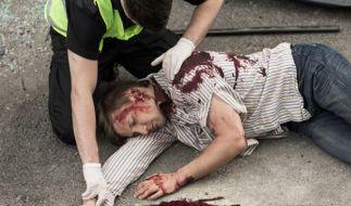 Das 20-jährige Opfer lag schwer verletzt am Boden und musste ärztlich versorgt werden. (Symbolbild) (Foto)