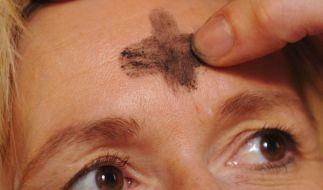 Das Aschekreuz auf der Stirn  symbolisiert den Beginn der Fastenzeit. In diesem Jahr soll nicht gelo (Foto)