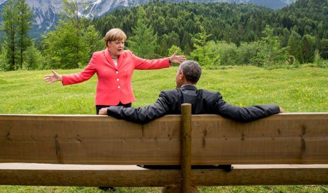 """Das Bild vom G7-Gipfel 2015 im bayerischen Elmau mit Barack Obama und Angela Merkel ging um die Welt. Das Netz lief heiß und spekulierte, was Merkel wohl gesagt haben könnte. Vielleicht: """"Ich bin noch sooo lange Kanzlerin""""? (Foto)"""