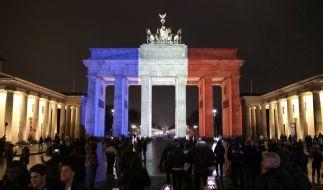 Das Brandenburger Tor am Abend nach den Anschlägen von Paris: Als Zeichen der Solidarität leuchtete das Wahrzeichen in den Farben Frankreichs. (Foto)
