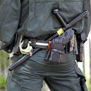 Das Bundesinnenministerium soll die weißrussischen Polizei mit Schlagstöcken ausgerüstet haben.