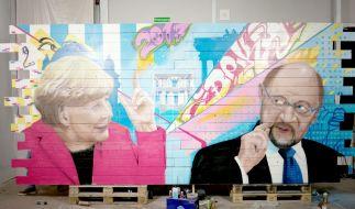 Das Doppelportrait ist extra von dem Künstler Dejan Kutanoski für die Dokumentation gesprayt worden. Merkel gegen Schulz – auf Holz verewigt. (Foto)