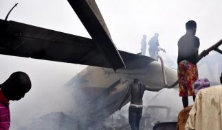 Das Flugzeug stürzte auf ein Haus. Helfer durchsuchen die Trümmer - gibt es doch noch Überlebende? (Foto)