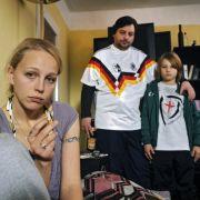 Neuer Sohn, neues Familienglück?: (von links) Petra Schmidt-Schaller als genervte Mutter Nicole, Rüdiger Klink als Grille und Ludwig Skuras als vertauschter Sohn Sebastian.