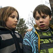 Sebastian (Ludwig Skuras, links) und Dennis (Andreas Warmbrunn) macht die Situation immer mehr zu schaffen. Wohin gehören sie nun?