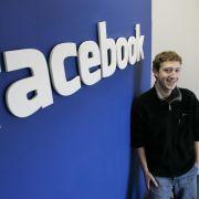 Das Grinsen ist Mark Zuckerberg nicht vergangen, aber mit dem Facebook-Börsengang ist er finanziell ins Hintertreffen geraten.