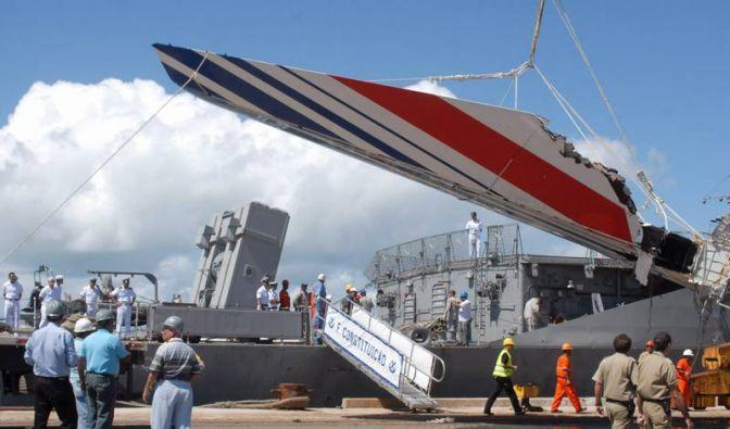 Das erste große Wrackteil des Airbus, das im Atlantik gefunden wurde. (Foto)