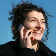 Das Handy sucht ständig den nächsten Sendemasten - dadurch ist es möglich, den Standort des Gerätes zu orten.